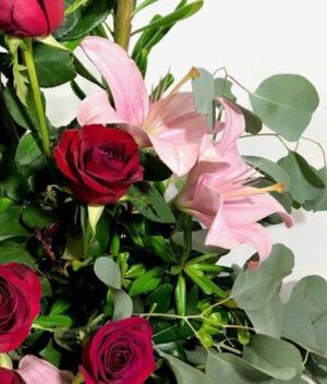 Besos tintos en Puebla, Arreglo con rosas rojas y lilis, Florerías en Puebla, Flores a domicilio Puebla