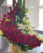 Amor real, Canasta de flores con rosas y lilis en Puebla, arreglo de flores, florerías en Puebla