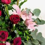 Besos tintos, Arreglo con rosas rojas y lilis en Querétaro, Florerías en Querétaro, Flores a domicilio Querétaro