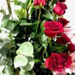 Besos tintos - Arreglo con rosas rojas y lilis