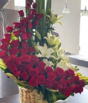 Amor real, canasta de flores en Querétaro, canasta de flores con rosas y lilis, florerías en Querétaro