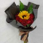Ramo de rosas con girasoles