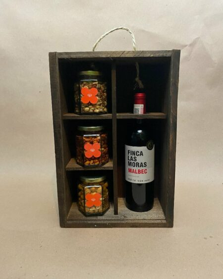 caja de botanas y vino